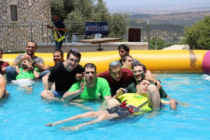 חניכי המרכז עם המתנדבים בפעילות. קרדיט צילום יחצ
